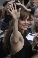 Angelina Jolie - Berlino - 19-08-2010 - Angelina Jolie cuoca d'insetti per la troupe della BBC