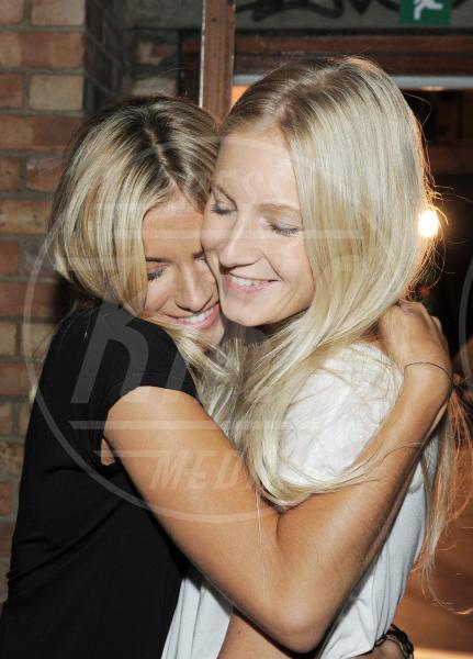 Savannah Miller, Sienna Miller - Londra - 18-09-2010 - Il mondo è bello vicino a mio fratello