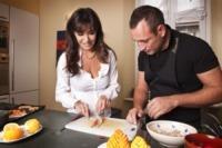 cucina, Emanuela Folliero - Milano - 20-10-2010 - Emanuela Folliero prende lezioni di cucina per il figlio