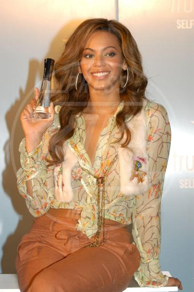 Beyonce Knowles - Londra - 03-06-2005 - Profumo di star: Katy Perry comanda la fila
