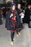 Kourtney Kardashian, Kim Kardashian - New York - 08-11-2010 - È arrivato l'autunno: tempo di tirar fuori il poncho!
