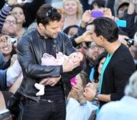 Gia Francesca Lopez, Mario Lopez, Ricky Martin - Los Angeles - 09-11-2010 - Ricky Martin sostiene l'adozione