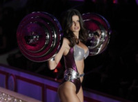 Isabeli Fontana - New York - 10-11-2010 - Victoria's Secret: più belli gli Angeli o... i reggiseni?