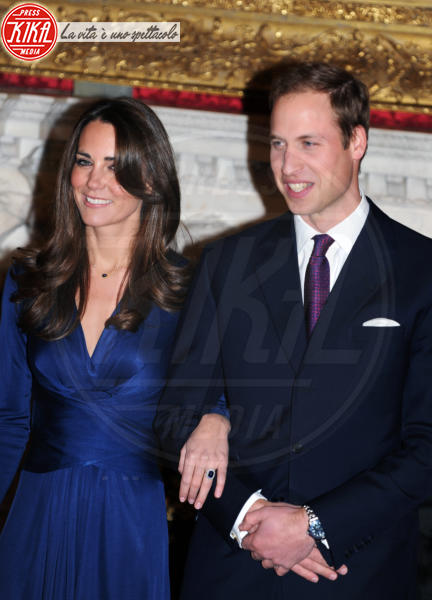 Principe William, Kate Middleton - 16-11-2010 - Emily Ratajkowski mostra l'enorme anello di fidanzamento