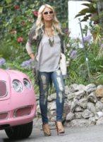 Paris Hilton - Beverly Hills - 19-11-2010 - Paris Hilton fa lavori sociali in tacchi alti