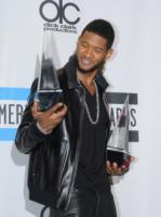 Usher - Los Angeles - 21-11-2010 - Usher copia Homer Simpson