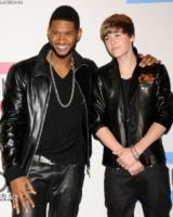 Justin Bieber, Usher - Los Angeles - 21-11-2010 - Usher copia Homer Simpson