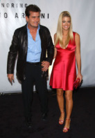 Charlie Sheen, Denise Richards - Beverly Hills - 09-09-2003 - Charlie Sheen attacca anche Denise Richards