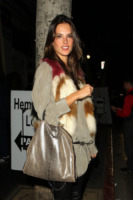 Alessandra Ambrosio - Los Angeles - 03-12-2010 - Con sto freddo con sto vento, chi esce senza sciarpa?