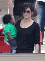 Louis, Sandra Bullock - Santa Monica - 11-12-2010 - Il figlio di Sandra Bullock ha gia' Ipad e Iphone