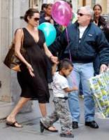 Angelina Jolie - Parigi - Pitt e Jolie donano 300 mila dollari ai bambini suadfricani