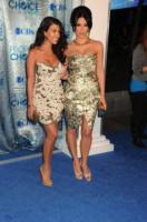 Kourtney Kardashian, Kim Kardashian - Los Angeles - 06-01-2011 - Kim e Kourtney Kardashian ridono delle voci di gravidanza di Khloe