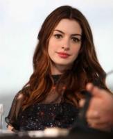 Anne Hathaway - Sydney - 06-12-2010 - Anne Hathaway approfitta dei Golden Globe per candidarsi per Glee