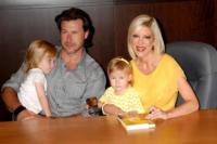 Stella, Liam, Dean McDermott, Tori Spelling - Los Angeles - 19-06-2010 - Tori Spelling porta il figlio Liam al pronto soccorso