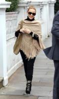 Kylie Minogue - Londra - 25-01-2011 - È arrivato l'autunno: tempo di tirar fuori il poncho!