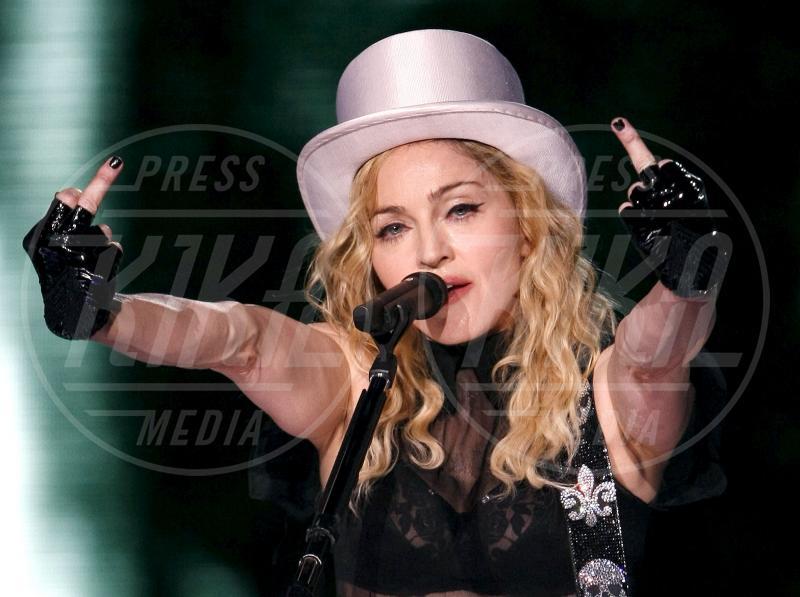 Madonna - Madrid - 24-07-2009 - Dal libro delle celebrities: il comandamento del dito medio