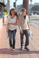 Selena Gomez, Justin Bieber - Los Angeles - 06-02-2011 - Selena Gomez e Justin Bieber adottano un cane
