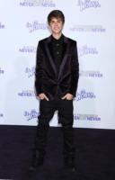 Justin Bieber - Los Angeles - 08-02-2011 - Justin Bieber festeggera' il compleanno con la cheesecake della nonna