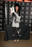 Katie Price - Londra - 25-11-2010 - La modella inglese Katie Price ha investito un'adolescente fuori da un teatro a Londra