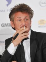 Sean Penn - Berlino - 14-02-2011 - Sean Penn e Scarlett Johansson si concedono una fuga d'amore in Messico