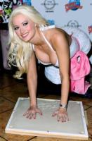 Holly Madison - Las Vegas - 21-02-2011 - Holly Madison assicura il seno per un milione di dollari