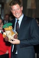 Principe Harry - Londra - 27-02-2011 - Il principe Harry investe un fotografo dopo i festeggiamenti per la vittoria dell'Inghilterra nel Sei Nazioni