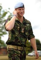 Principe Harry - Suffolk - 15-07-2010 - Il principe Harry investe un fotografo dopo i festeggiamenti per la vittoria dell'Inghilterra nel Sei Nazioni