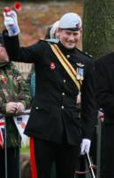 Principe Harry - Swindon - 09-11-2010 - Il principe Harry investe un fotografo dopo i festeggiamenti per la vittoria dell'Inghilterra nel Sei Nazioni