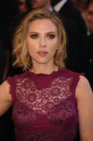 Scarlett Johansson - Los Angeles - 27-02-2011 - Scarlett Johansson sul tappeto rosso degli Oscar col suo agente Joe Machota