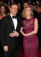 Jeremy Renner, Scarlett Johansson - Hollywood - 02-03-2011 - Scarlett Johansson sul tappeto rosso degli Oscar col suo agente Joe Machota