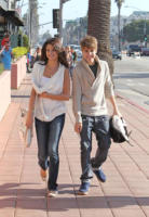 Selena Gomez, Justin Bieber - Los Angeles - 06-02-2011 - Due fan riescono a entrare nella camera d'albergo di Justin Bieber travestite da cameriere
