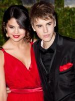 Selena Gomez, Justin Bieber - usa - 27-02-2011 - Due fan riescono a entrare nella camera d'albergo di Justin Bieber travestite da cameriere