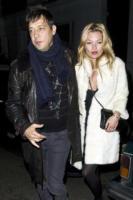 Jamie Hince, Kate Moss - Londra - 20-02-2011 - Kate Moss in una clinica per la fertilità