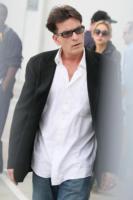 Charlie Sheen - Los Angeles - 07-03-2011 - Charlie Sheen come Sandokan, beve sangue di tigre brandendo una spada