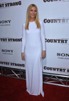 Gwyneth Paltrow - Beverly Hills - 14-12-2010 - Contratto record per l'album d'esordio di Gwyneth Paltrow