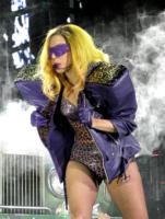 Lady Gaga - 16-12-2010 - Lady Gaga prega per il Giappone con un braccialetto benefico