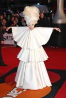 Lady Gaga - Londra - 16-02-2010 - Lady Gaga prega per il Giappone con un braccialetto benefico