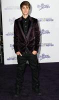 Justin Bieber - Los Angeles - 08-02-2011 - Justin Bieber schiva un lancio di uova durante un concerto