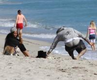 Chris Brown - Miami - 10-12-2010 - Chris Brown fa una scenata ed esce a torso nudo dagli studi Abc
