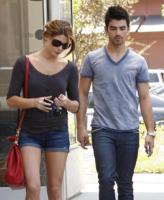 Joe Jonas, Ashley Greene - Studio City - Ashley Greene flirta con Chris Evans