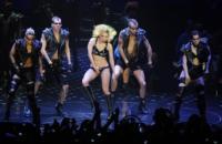 Lady Gaga - Londra - 30-03-2011 - Lady Gaga sulle zeppe dopo la convalescenza