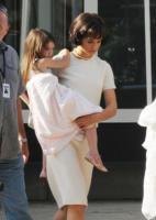 Suri Cruise, Katie Holmes - Toronto - 15-07-2010 - Katie Holmes torna a vestire i panni di Jackie Kennedy