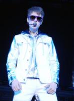 Justin Bieber - Assago - 09-04-2011 - Justin Bieber schiva un lancio di uova durante un concerto