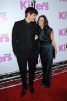 Demi Moore, Ashton Kutcher - Hollywood - 04-02-2011 - Ashton Kutcher e Demi Moore abbracciati all'uscita dal Kabbalah Center