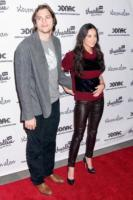 Demi Moore, Ashton Kutcher - New York - 14-04-2011 - Ashton Kutcher e Demi Moore abbracciati all'uscita dal Kabbalah Center