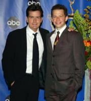 Charlie Sheen, Jon Cryer - Los Angeles - 19-09-2004 - Minaccia bomba per colpa di Due uomini e mezzo