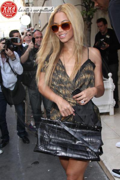 Beyonce Knowles - Parigi - 20-04-2011 - Emily Ratajkowski mostra l'enorme anello di fidanzamento