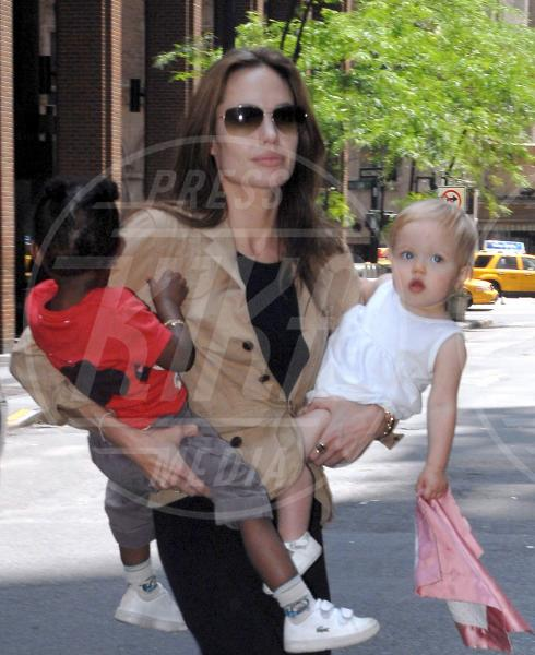 Shiloh Jolie Pitt, Zahara Jolie Pitt, Angelina Jolie - Los Angeles - 11-02-2010 - Buon compleanno Angelina! 40 anni magnificamente portati