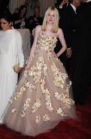 Dakota Fanning - New York - 02-05-2011 - Il Metropolitan Museum rende omaggio allo stilista Alexander McQueen durante l'annuale Costume Institute Gala Benefit