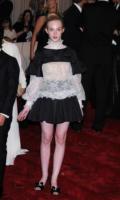 Elle Fanning - New York - 02-05-2011 - Il Metropolitan Museum rende omaggio allo stilista Alexander McQueen durante l'annuale Costume Institute Gala Benefit